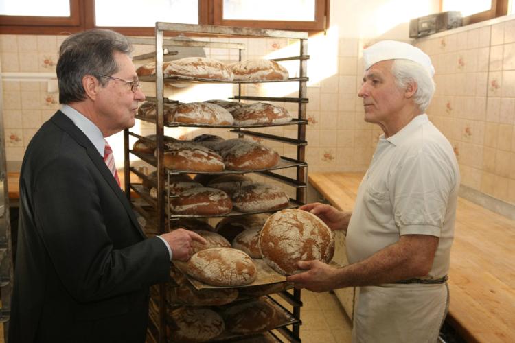 Eurpaabgeordneter Klaus Buchner (links) und Bäcker Paul Fiegert üben Kritik am Freihandelsabkommen.