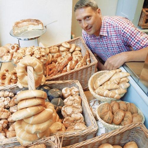 Das Schaufenster ist klein aber hochkarätig bestückt. Stefan Blum zeigt die Produkte seiner Bäckerei Knapp & Wenig. Die Bezeichnung orientiert sich am Familiennamen seiner Großmutter und dem Urheber der Rezepte. Der Firmennamen könnte sich aber auch a