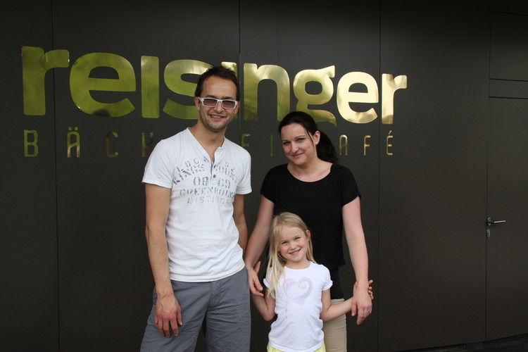 Kurt und Kathrin Reisinger mit Tochter freuen sich über ihr neues Geschäft.