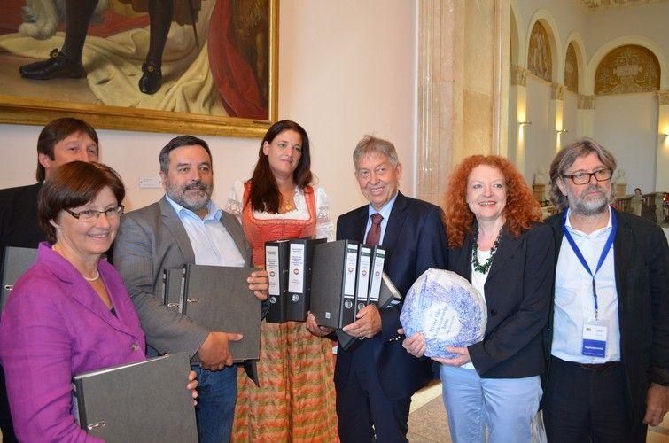 Nicole Stocker (Mitte) übergibt die knapp 70.000 Unterschriften an Christian Magerl (Dritter von links).