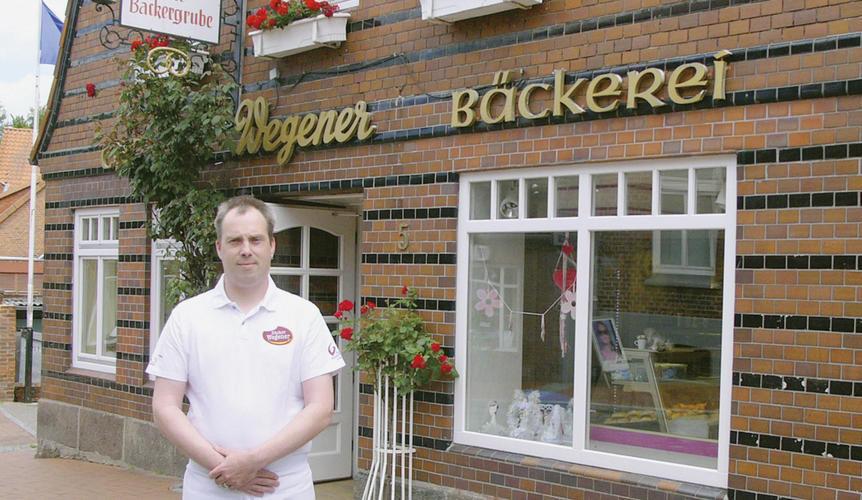 Ole Steenbock vor dem Hauptsitz seiner Bäckerei in Lütjenburg.