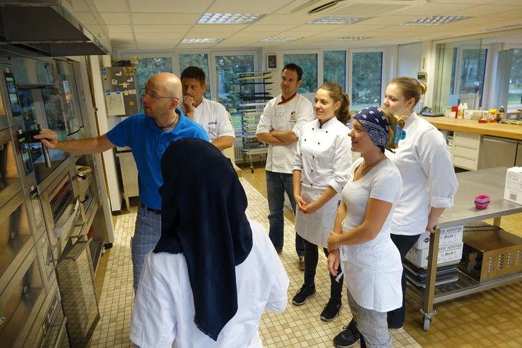 Backstudio-Leiter Michael Nemeyer erläutert Finalisten und Jury-Mitgliedern die Ofenbedienung.