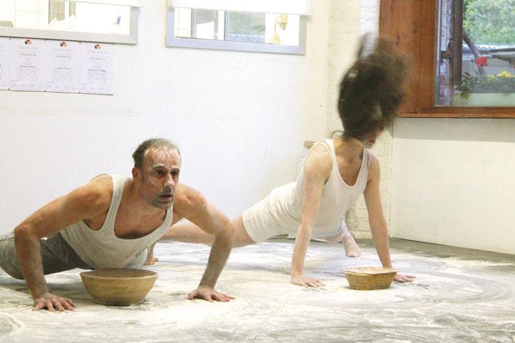 Theater: Die Schauspieler mischen die Backstube der Bäckerei Endorphina auf.