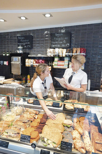 Fragen bringen weiter: Auszubildende Corinna Satt- ler (rechts) im Gespräch mit Apostolia Papazoudi in der Bäckerei Frank.