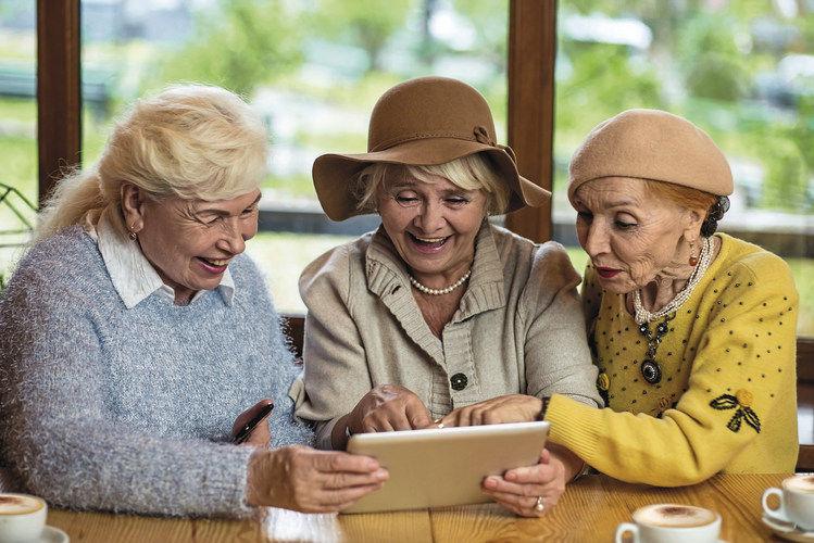 Moderne Verbraucher möchten informiert sein: Damit sich Kunden wie diese Damen ihr Produktwissen nicht aus dem Internet holen müssen, ist persönliche Beratung angesagt.