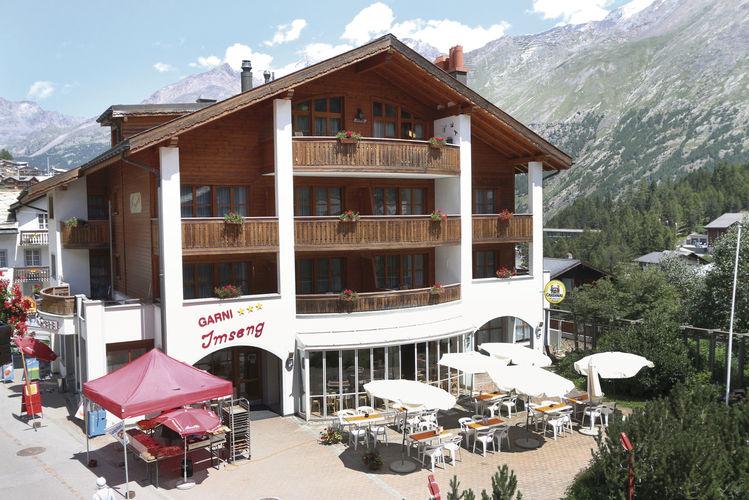 """Zwölf Zimmer hat das Hotel von Lukas Imseng (unten von links). Globi mit seinem gebackenem Partner und als """"Backberater"""" in gedruckter Form."""