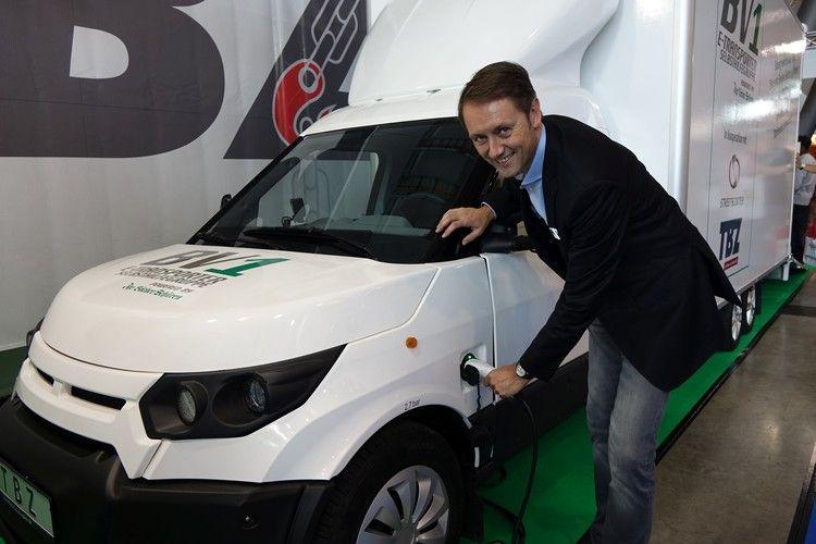 Roland Schüren mit dem Prototypen des E-Autos.