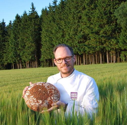 Für die Medien präsentierte Andreas Fickenscher sein Heimatbrot.