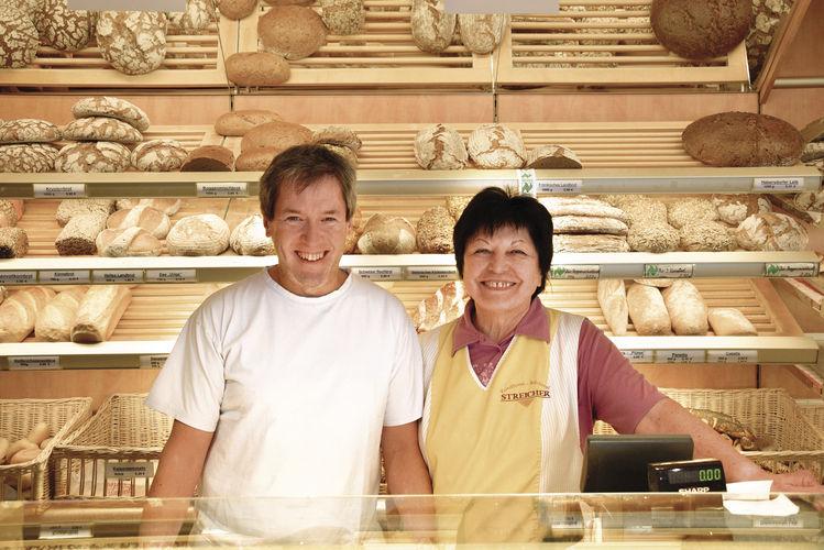 Zwei Generationen: Roland Streicher mit seiner Mutter Ingeborg Streicher im Laden der Bäckerei.