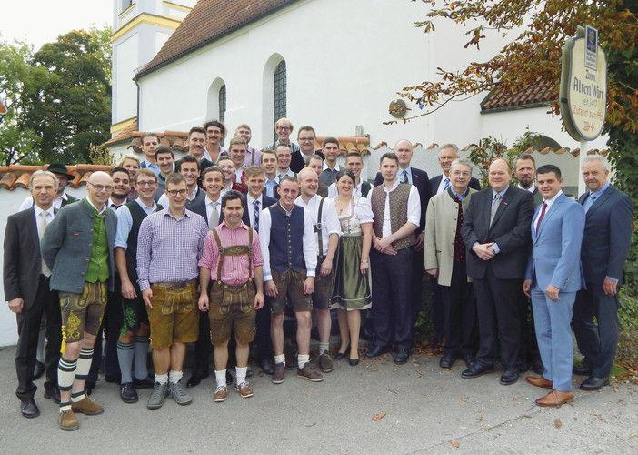 Die Absolventen des Lochhamer Kombikurses mit Offziellen.