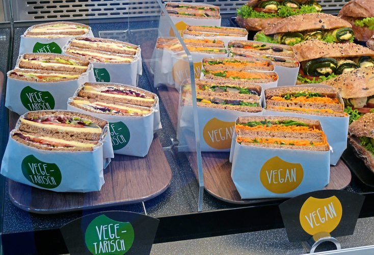Vegetarische und vegane Snacks erweitern das reichhaltige Angebot in einer Bäckerei.
