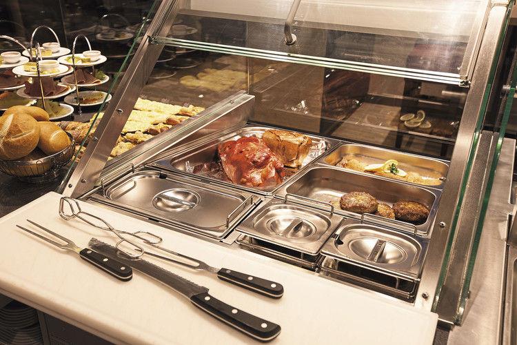Heißes trifft Kaltes: Bäcker, die Frikadelle oder Schnitzel mit ins Sortiment des Snackverkaufs aufnehmen, sollten diese Kombination bei der Theken- und Ladengestaltung mit berücksichtigen.