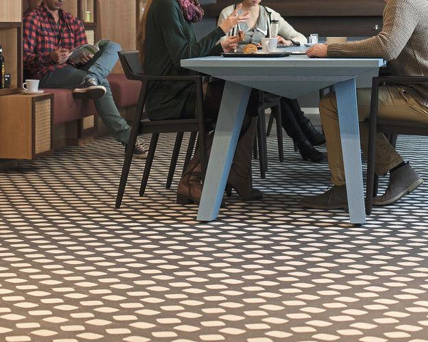 Gäste der Brotmanufaktur sitzen am Gemeinschaftstisch.