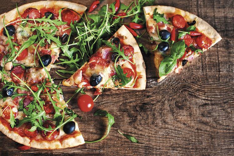 Damit machen Bäcker nichts falsch: Salate und Pizza sind bei Verbrauchern weiterhin gefragt.