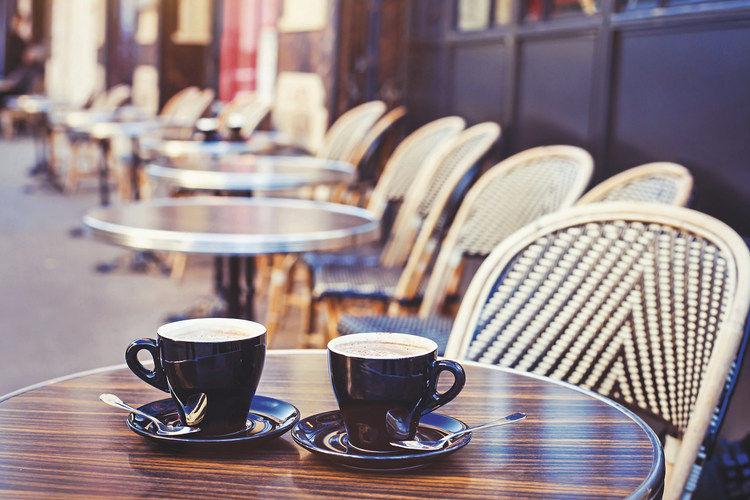 Bei angenehmen Wetterbedingungen wollen die meisten Gäste im Freien sitzen. Damit sie dies genießen können, muss die Bäckerei ein Konzept erarbeiten, das von der Bequemlichkeit bis zum Wetterschutz alles beinhaltet.
