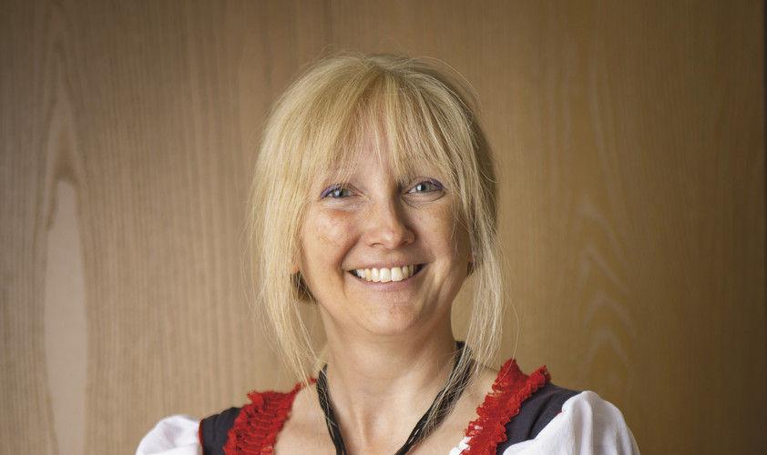 Monika Merryman im Dirndl, weil Amerikaner denken, Bayern sei überall.