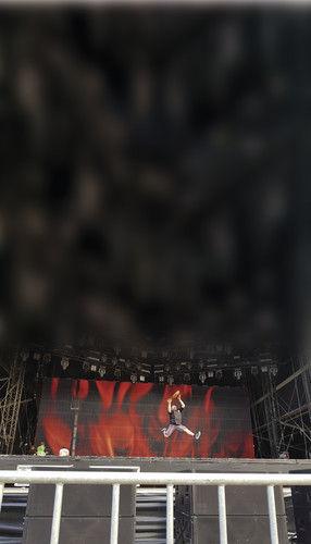 Axel Schmitt auf einer der Hauptbühnen (1), mit Brotcn für die Bands (2), einem der Musiker (3), Metal-Ikone Doro Pesch (4) und mit einer Rückansicht der aussagekräftigen Art (5). Seine Assistentinnen der Back-Show tragen nur Body-Painting (6). Auch wenn