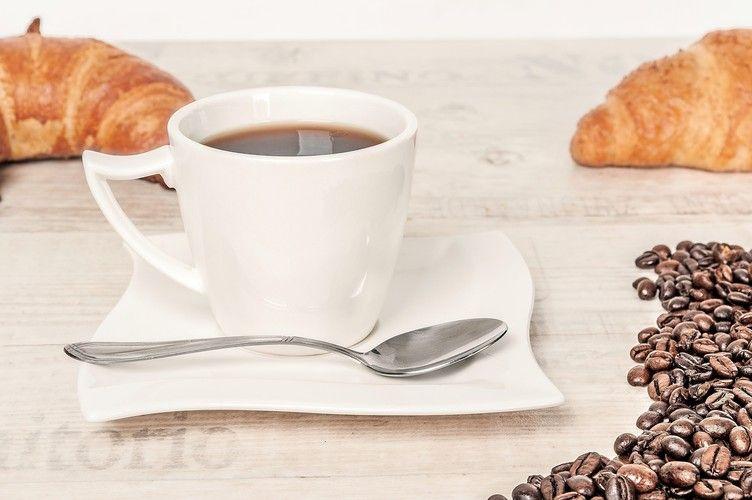 Drogeriemarkt-Filiale in Berlin bietet Kaffee und Backwaren an.