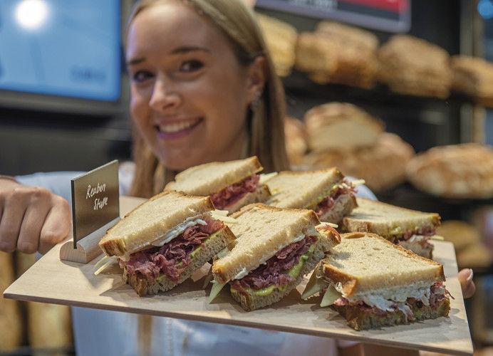 Die klassische Stulle ein wenig aufgepeppt wie bei diesem Pastrami-Sandwich hat auf der Iba neben zahlreichen weiteren Snack-Ideen und neuen Konzepten ebenso eine Bühne wie Traditionelles.