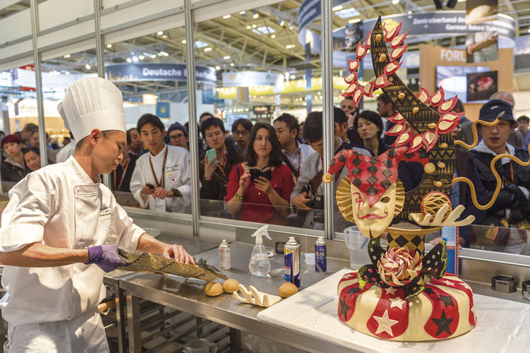 Die Wettkämpfer der Bäcker und der Konditoren treten in einsehbaren Backstuben gegeneinander an.