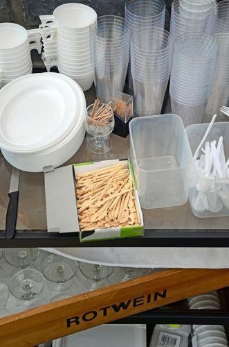 Raus damit: Rewe will Plastikgeschirr aussortieren.