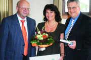 Traunsteins Landrat Hermann Steinmaßl (im Bild links) überreichte die Urkunde zur Aufnahme in den Umweltpakt Bayern an das Unternehmerehepaar Brigitte und Gerhard Kotter aus Traunstein.