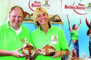 Weltmeisterin und Goldmedaillengewinnerin im Weitsprung Heike Drechsler und  Jörg Thieltges vom Ulmer Spatz bei der Präsentation des Sonnenaktiv-Brotes.