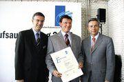 Für vorbildliche Ausbildung erhielt Bäckermeister Andreas Rösler (m.) von Berlins Regierenden Bürgermeister Klaus Wowereit (r.) und HWK-Präsident Stephan Schwarz (l.) eine Anerkennungsurkunde.