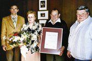 50 Jahre ist Anton Hatt aus Ottenheim Mitglied der Innung. Zusammen mit seiner Frau Margot wurde er in der Generalversammlung von Obermeister Otto Käufer und dessen Stellvertreter Reinhold Tscheschlog (rechts) geehrt.