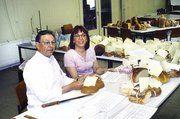 Helmut Mühlhäuser und Erika Aeckerle hatten alle Hände voll zu tun, da 158 Brote und 42 Brötchen zu prüfen waren.