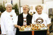 """Gut Lachen hatten die Bäcker auf der Ausstellung in Heidenheim. Ihre """"Heidenheimer Schloss-Segler"""" erwiesen sich als regelrechter Messeschlager. Im Bild von links: Ehrenobermeister Anton Grath, Zitta Grath und Helga Geiger."""