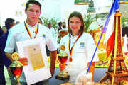 Die Jüngsten sind international die Ersten: Valentin Levrard und Dèborah Ott zeigten sich stolz und überglücklich neben ihrer Präsentation.