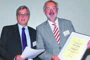Prof. Dr. Klaus Lösche (r.) erhält die Urkunde zur Modersohn-Medaille aus den Händen von AGF-Vizepräsident Udo Heckelmann.