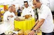 Bei der Brotprüfung auf dem Maimarktstand der Bäckerinnung Mannheim Stadt und Land (von links): Rudi Duttenhofer, stellv. OM Peter Kapp und Brotprüfer Karl-Ernst Schmalz.