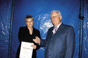 Ehrenlandesinnungsmeister Wolfgang Sautter gratuliert Daniela Rapp zu bestandenen Prüfung .