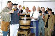 Gute Laune beim gemeinsamen Bockbieranstich der Bäcker, Köche und Brauer in Hannover.