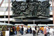 Zu Füßen des Karl-Marx-Denkmals fand der traditionelle Leipziger Brotmarkt statt.