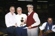 Dieter Lachmann (Mitte) nimmt den Pokal für sein Team entgegen. Links WBKV-Präsident Fritz Brückbauer, 2. von rechts Ehrenpräsident Erwin Arnold und Tagesbester Uwe Lachmann (rechts sitzend).