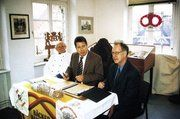 Obermeister Gustav Baumgarten (von links) überreicht Bürgermeister Harald Heuer und Museumsleiter Werner Hinsch die Chronik der Bäckerinnung.
