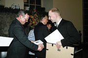 Ein kräftiger Händedruck von Minister Udo Corts für den erfolgreichen Jungmeister Jürgen Witthauer, der unter den zehn Besten des Jahres 2004 war, v.l.n.r.