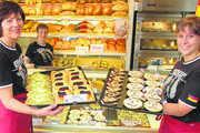 Heidi Weißbach, Anke Frank und Aline Andreis (von links) bedienen ihre Kunden natürlich in deutschen  Fußballtrikots und bieten ihnen mehr als ein Dutzend spezielle WM-Backwaren an.