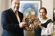 """HWK Präsident H. Traublinger und Cartoonistin Margit Kübrich vor der Brezn als Symbol mit dem Titel: """"Der Breznplanet""""."""
