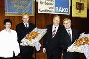 Bäckermeisterin Anja Klausberger, Landrat Reinhard Sager, Obermeister Joachim Jonsson und Landrat Dr. Volkram Gebel (von links) bei der Überreichung der Schmuckbrote.