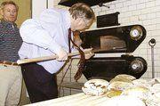 Wirtschaftsminister Bauckhage hat das Brotbacken nicht verlernt.
