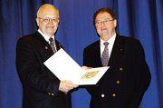 OM Martin Magnus (links) bekam von Jo Grayo, Präsident der Bäcker in der Bretagne, ein schönes Gastgeschenk.