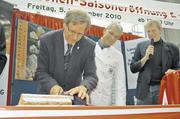 Kiels stellvertretender Stadtpräsident Rainer Tschorn und Landesinnungsmeister Holger Rathjen eröffneten am ersten Freitag im November die Stollensaison 2010.