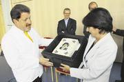 Jürgen Waldschütz beeindruckte Kultusministerin Marion Schick mit einer Fototorte, die er ihr anlässlich ihres Besuches in Engen überrreichte.
