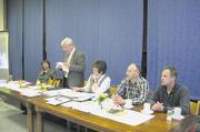 Ute Sagebiel-Hannich, Karl-Heinz Jooß, Silvia Roschy, Jürgen Schongar, Jürgen Schweikert am Vorstandstisch der Innung Karlsruhe (von links).