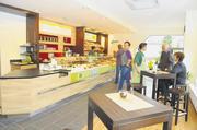 Großzügig und stylisch gestaltet: Die neue Bickert-Filiale – Kaffeebar, Snackstation und Sitzbereich sind wichtige Bestandteile des Konzepts.