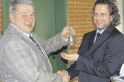 Joachim Grosch überreichte seinem Nachfolger Udo Feiler das silberne Tischglöckchen, das zu läuten ein Privileg des Obermeisters ist.
